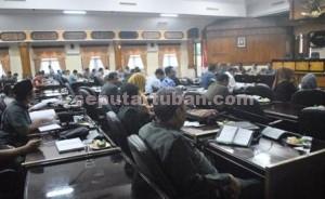 TIDAK PUAS: Suasana ruang rapat paripurna DPRD Tuban saat menggelar rapat pembahasan LKPJ bupati tahun 2014, Rabu (089/04/2015) siang.