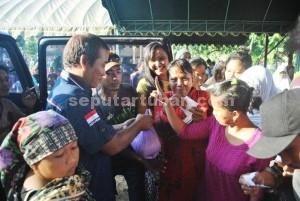 SEDERAJAT: Anggota DPRD Tuban Rakhmad saat menyapa kaum perempuan di Desa Margomulyo Kecamatan Kerek, Selasa (31/03/2015) siang. foto: MUHLISHIN