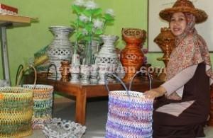 SAMPAH CANTIK: Susanawati dengan hasil kreasi sampahnya yang dibuat bersama koleganya. foto: WANTI TRI APRILIANA