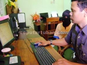 PEDOFILIA: Dengkek asal Dusun Bogoran Desa Penambangan Kecamatan Semanding saat diperiksa  aparat Reskrim Polres Tuban, Kamis (30/04/2015) siang.