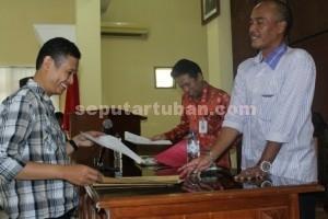 CALON PENGAWAS : Salah satu peserta seleksi Panwaslu Tuban saat menyerahkan jawaban tes tulis beberapa waktu lalu