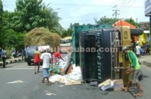 SELAMAT : Kondisi truk terguling menyebabkan pantura macet, Kamis (23/04/2015)