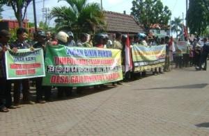 MASIH MERADANG : Warga gaji saat menggelar unjuk rasa di halaman kantor BPN Tuban, Senin (20/04/2015)