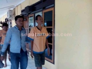 PENGECER : Tersangka seorang jukir saat di Mapolres Tuban, Rabu (29/04/2015)