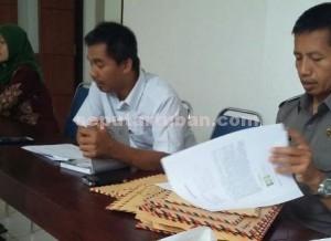 MEMILAH BERKAS : Proses pemeriksaan administrasi pelamar PPK di KPUD Tuban
