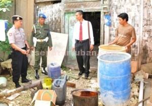 BERANTAS ARAK : Petugas saat melakukan menggrebek pabrik arak di Desa Prunggahan Wetan, Kecamatan Semanding, Kab. Tuban, Rabu (13/05/2015)