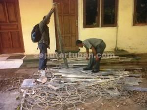 MENUMPUK : Barang bukti gergaji dan alat tambang kumbung lainya disita petugas dan diamankan di Kantor Perhutani KPH Tuban