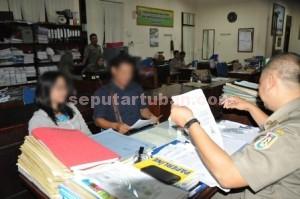 DIGREBEK : Kedua pasangan muda bukan suami istri saat di Kantor Sat Pol PP untuk didata usai diamankan dari kamar kos, Kamis (07/05/2015) malam