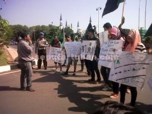 DESAK TURUN : Aktivis HMI saat unjuk rasa didepan kantor Bupati Tuban