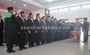 PERSONIL BARU : Anggota Panwascam se Kab. Tuban saat dilantik Ketua Panwaskab Tuban