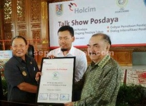 POSDAYA : Wakil Bupati Tuban, Direktur PT Holcim Indonesia pabrik Tuban dan Ketua Yayasan Damandiri usai melaksanakan penandatanganan kesepakatan bersama