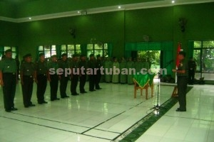 PENYEGARAN : Dandim 0811 Tuban. Letkol Kav. Rahyanto Edy Yunianto saat memimpin Sertijab
