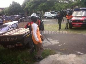 DISERAHKAN : Proses penyerahan pengemudi pick up pengangkut batu kumbung di Polres Tuban