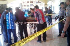 TRAGIS : Jasad korban saat akan dibawa ke RSUD Dr R Koesma Tuban dari kawasan Terminal Wisata Kambang Putih Tuban
