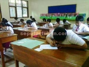 TEGANG: Sejumlah siswa SDN Kebonsari 1 Tuban serius mengerjakan soal UN hari pertama, Senin (18/05/2015) pagi.