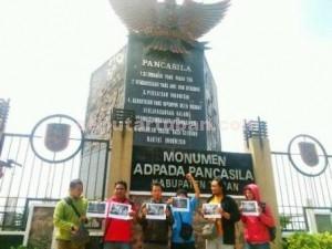 MELAWAN LUPA : Wartawan Tuban mantan aktivis saat menggelar aksi unjuk rasa, Selasa (12/05/2015)