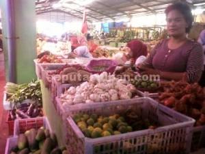 MELANGIT : Harga bawang merah naik hampir 100 persen di Pasar Baru Tuban