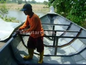 LARIS MANIS : Pengrajin perahu berbahan besi sedang mengerjakan pesanan perahu