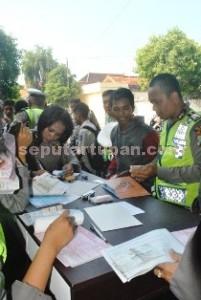 GIAT 21: Sejumlah pelanggar tengah mengantri surat tilang dari aparat Sat Lantas Polres yang sedang menggelar razia di Jalan KH Agus Salim Tuban, Rabu (06/05/2015) siang.