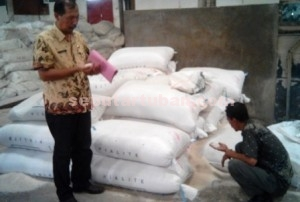 AMAN : Petugas saat memeriksa stok gudang beras