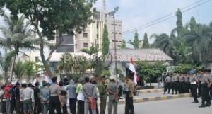 MENUNTUT HAK: Sejumlah warga dari Desa Gaji Kecamatan Kerek saat menggelar aksi halaman PT Semen Indonesia, Rabu (06/05/2015) pagi.
