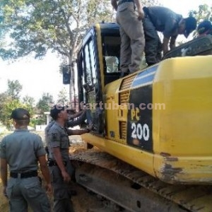 DITINDAK TEGAS : Alat berat di lokasi tambang ilegal disegel petugas Sat Pol PP Pemkab Tuban