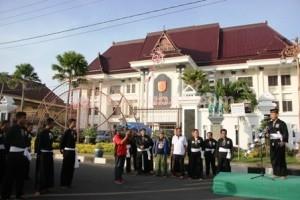 PENDEKAR GIAT : Dandim 0811 Tuban, Letkol Kav. Rahyanto Edy Yunianto saat memberangkatkan jalan sehat 3.000 warga SH Terate