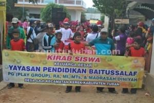 MERIAH : Siswa RA, MI, MTS dan Madrasah Diniyah Baitussalaf sedang melaksanakan jalan sehat