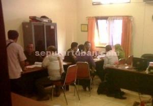 MASIH DIGALI : Tersangka Kades Sawir bersama pengacara saat disidik Jaksa