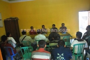 JALAN TENGAH : Kapolres Tuban bersama para pihak saat mediasi penjualan afal di Balai Desa Merkawang, Jumat (26/06/2015)