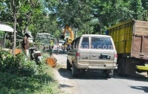 BERJUBEL: Inilah salah satu sudut kesibukan di Jalan Raya Desa Temandang yang akan segera dilebarlkan oleh PT SI.