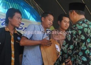 PEMBERDAYAAN MASYARAKAT : Sekda Kab. Tuban, Budi WIyana menyerahkan kotak tabungan akhirat kepada Sekretaris Paguyuban sebagai peresmian program
