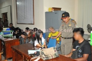 GAGAL MESUM : Pasangan bukan suami istri yang diamankan Sat Pol PP Pemkab Tuban dilakukan pendataan di kantor