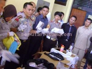 TERBESAR : Kapolres Tuban didampingi perwira dan anggota menunjukkan barang bukti uang tunai ratusan juta dan karnopen ratusan ribu butir