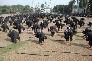 KOMPAK : Latihan bersama siswa SH Terate di Alun-alun Tuban