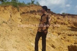 DUGAAN PUNGLI : Anggota Komisi B DPRD Tuban saat di lokasi tambang ilegal yang masih ditarik pajak bulanan