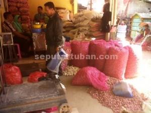 ANJLOK : Harga bawang merah setelah harganya meroket pekan lalu, giliran minggu ini harganya anjlok