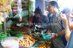 NIHIL: Tim operasi sidak pasar Pemkab Tuban saat menggelar razia pada salah satu lapak di Pasar Baru Tuban, Rabu (10/06/2015) pagi.