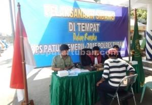 TEGAKKAN ATURAN : Pelanggar sedang mengikuti sidang ditempat dalam Operasi Patuh Semeru 2015