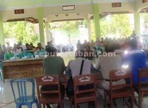 AKRAB: Warga penerima sewa kompensasi jalur pipa saat mengikuti paparan manajemen PT Geo Putra Perdana di Balai Desa Sokosari, Selasa (16/06/2015) siang.