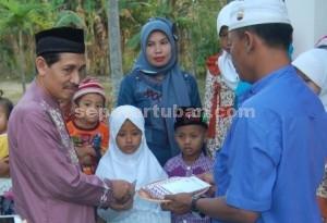 PEDULI : Camat Bangilan, Sartono saat membagikan santunan kepada Yatim/Piatu