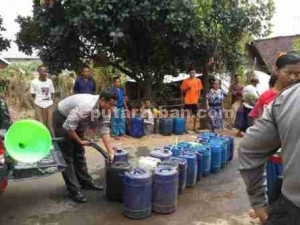 OPERASI KEMANUSIAAN : Petugas Polsek Kerek saat membagikan air bersih kepada warga Desa Gaji, Ke. Kerek, Sabtu (25/07/2015)