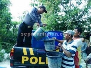 BERBAGI : Aparat Polsek Senori saat berbagi air bersih