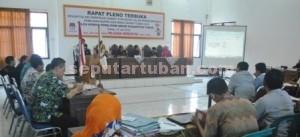 LOLOS: Suasana rapat pleno penetapan calon perseorangan lolos verifikasi yang digelar di gedung KPU Kabupaten Tuban, Rabu (15/07/2015) sore.