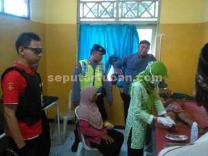 DIRAWAT : Korban saat mendapat penanganan medis di Puskesmas Rengel