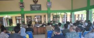 LELAH: Korban konflik tanah Desa Gaji saat mengikuti dialog dengan manajemen PT SI yang  dimediatori Komisi A DPRD Tuban di Pendopo Kecamatan Kerek, Selasa (28/07/2015) siang.