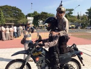 TURUN LANGSUNG : Kapolres Tuban saat memberikan contoh kepada anggota Sat Sabhara untuk menembak dari kendaraan trail, Rabu (08/07/2015) di Mapolres Tuban