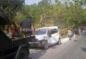 RUSAK PARAH : Kondisi minibus yang ditabrak truk saat dievakuasi dari lokasi kejadian