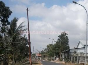 DIBIARKAN : Kondisi PJU di jalan Merakurak-Montong, kawasan Desa Pucangan terabaikan