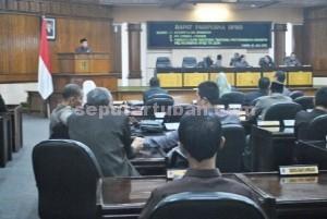 ANTI KLIMAK: Suasana rapat peripurna dewan dalam acara penetapan LKPJ Bupati Tuban 2014 menjadi perda di gedung DPRD, Senin (13/07/2015).